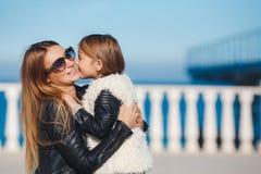 La mamá y la hija pasan tiempo que caminan cerca del mar Fotografía de archivo libre de regalías