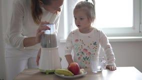 La mamá y poca hija están preparando un batido de leche almacen de video