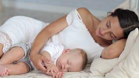 La mamá y su bebé recién nacido están durmiendo en la cama en el dormitorio Retrato almacen de video