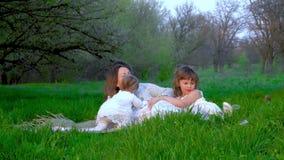 La mam? con tres hijas descansa en el parque metrajes
