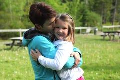 La mama besa a la hija foto de archivo libre de regalías