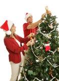 La mama de las ayudas del hijo adorna el árbol de navidad Foto de archivo libre de regalías