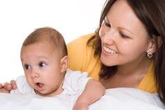 La mama detiene al bebé foto de archivo