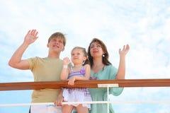 La mama, el papá y la hija agitan por las manos a la nave Imágenes de archivo libres de regalías