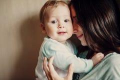 La maman étreint le bébé Photo libre de droits