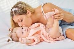 La maman étreint le plan rapproché de bébé Mère et enfant Photos libres de droits
