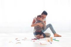 La maman étreint son amour de tristesse de fils Image libre de droits