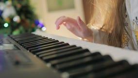 La maman aide le jeu d'enfant le piano Les doigts en gros plan clique sur dessus les clés de piano clips vidéos