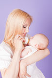 La maman alimente le bébé de la bouteille avec le trayon images stock