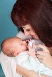 La maman alimente le lait de bébé d'une bouteille Photographie stock