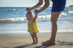 La maman apprend à marcher petit bébé images libres de droits
