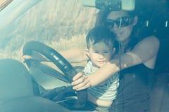 La maman avec l'enfant s'asseyent Image stock