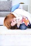 La maman chatouille son enfant Image libre de droits