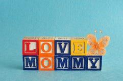 La maman d'amour de mots a orthographié avec des blocs d'alphabet Photographie stock libre de droits