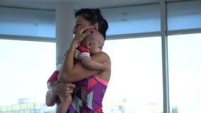 La maman dans des vêtements de sports fait des sports avec son petit enfant clips vidéos