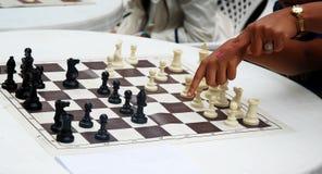 La maman dirige le mouvement d'échecs de doigt Photos stock