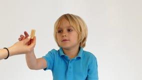 La maman a donné la sucrerie d'enfant clips vidéos