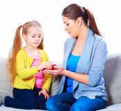 La maman donne à une fille une pomme rouge Photo stock