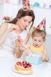La maman donne le cadeau de fille Photographie stock libre de droits