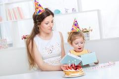 La maman donne le cadeau de fille Photo libre de droits