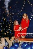La maman donne un cadeau à sa fille image libre de droits