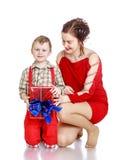 La maman donne un cadeau à son fils Image stock
