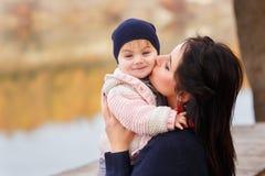 La maman embrasse la petite fille Image libre de droits