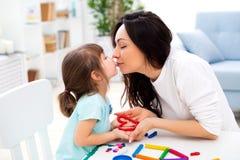 La maman embrasse sa petite fille Famille heureuse et amour de famille Moule de mère et de fille de pâte à modeler, la créativité photographie stock