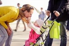 La maman est jouée avec la petite fille Images libres de droits