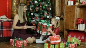 La maman et la fille donnent des présents pendant la nouvelle année Images stock