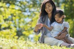 La maman et la fille en parc apprécient Photos stock
