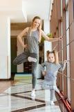 La maman et la fille exécutent ensemble différents exercices photographie stock libre de droits