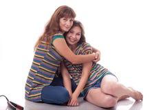 La maman et la fille, font des hairdress Photo de famille Différentes émotions photos stock