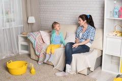 La maman et la fille nettoient dans l'appartement Photographie stock libre de droits