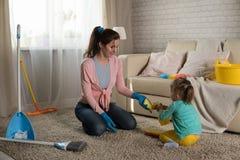 La maman et la fille nettoient dans l'appartement Photos libres de droits