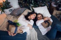 La maman et la fille rencontrent Noël heureux, la famille dans une chambre avec l'arbre de sapin de Noël et les cadeaux Vue supér Image stock