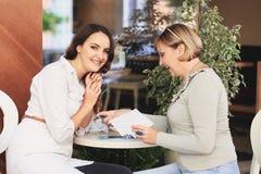 La maman et la fille sont dans le café Image libre de droits