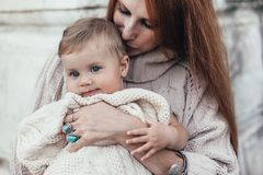 8c08cf5e63851 La maman et le bébé se sont habillés dans l'habillement tricoté par hiver  chaud