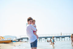 La maman et le bébé sur la plage ont l'amusement Images libres de droits