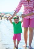 La maman et le bébé sur la plage ont l'amusement Photo libre de droits
