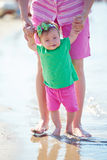 La maman et le bébé sur la plage ont l'amusement Photographie stock libre de droits