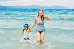La maman et le fils apprécient la mer tropicale Photo stock
