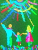 La maman et le papa avec un enfant courent par l'herbe au soleil image photo libre de droits