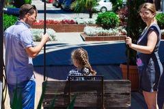 la maman et le papa balancent la fille sur une oscillation Image libre de droits