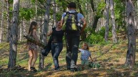 La maman et le papa ont rassemblé une tente Gosses dans les bois banque de vidéos