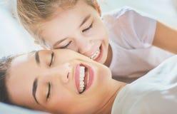 La maman et sa fille jouent Image stock