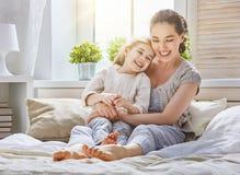 La maman et sa fille jouent Photo stock
