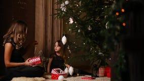 La maman et sa petite fille choisissent des jouets de rozhdetsvenskie pour décorer l'arbre banque de vidéos