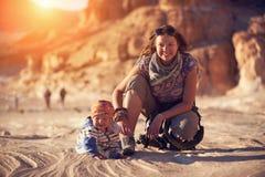 La maman et son petit fils marchent dans le canyon Images libres de droits