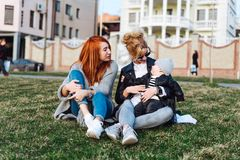 La maman et la tante jouent avec un garçon en parc Images stock